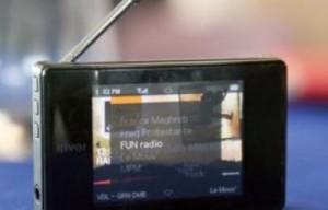 En France : Chez les jeunes, 60% du volume d'écoute de la radio se font en dehors du domicile, selon une enquête